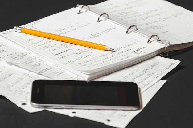 Las ecuaciones matemáticas se escriben en un cuaderno.