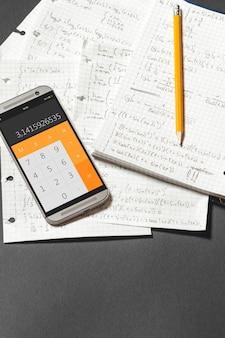 Ecuaciones matemáticas escritas en un cuaderno. aplicación de calculadora.