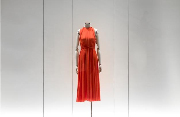 Ed vestido de maniquí vestido debajo de la ventana de compras en la tienda