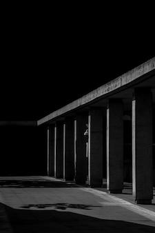 Edificio abandonado de miedo en la oscuridad