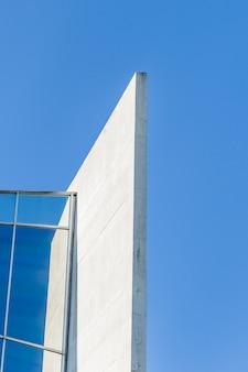 Edificio abstracto con cielo
