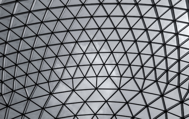 Edificio de acero y vidrio con estructura triangular. arquitectura futurista estilo arquitectónico del neo-futurismo. triángulo blanco cúpula geométrica textura. edificio moderno.