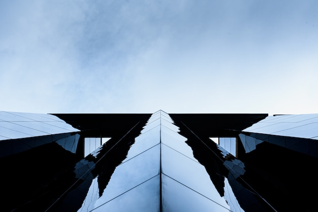 Edificio acristalado con reflejos donde la clase media trabajadora aspira a comprar residencias como ejecutivos.