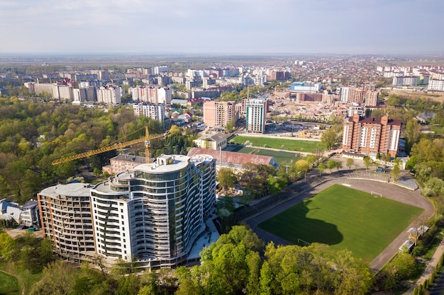 Edificio alto de apartamentos u oficinas en construcción, vista superior. drone fotografía aérea.