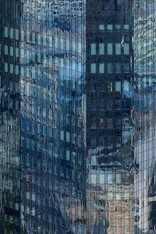 Edificio alto en una fachada de cristal en frankfurt, alemania