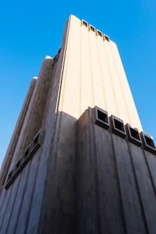 Edificio alto de piedra desde abajo en un día soleado