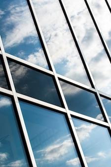 Edificio de ángulo bajo con grandes ventanales.