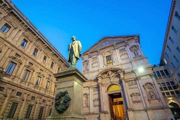 Edificio antiguo en el casco antiguo, el centro de la ciudad de milán, italia