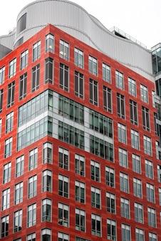 Edificio de apartamentos alto con diseño moderno
