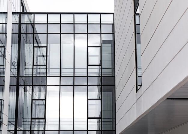 Edificio de apartamentos en la ciudad