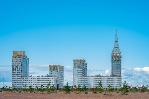 Edificio de apartamentos de varias unidades en construcción.