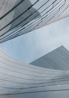 Edificio arquitectónico moderno y un cielo azul