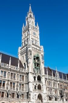 Edificio del ayuntamiento medieval con agujas munich alemania.