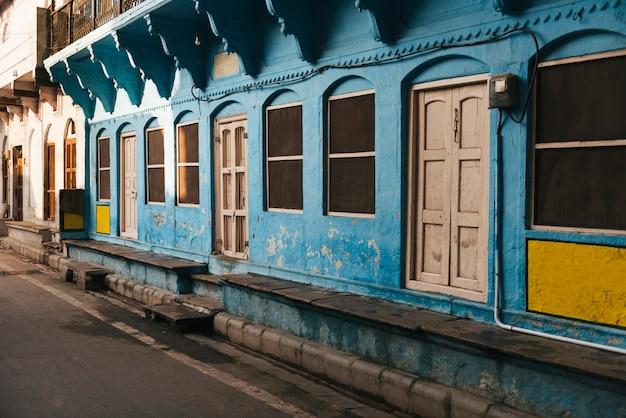 Edificio azul en una ciudad de varanasi, india