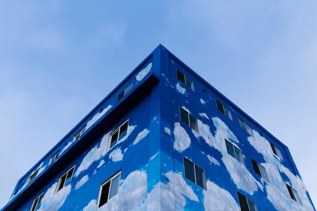 Edificio azul a medio terminar disparado desde un ángulo bajo