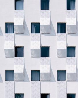 Edificio blanco con ventanas azules.