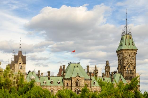 Edificio del bloque este del parlamento hill en ottawa, canadá