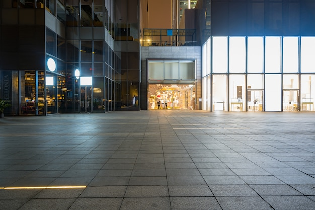 Edificio de centro comercial en la noche, chongqing financial city, china