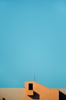 Edificio con cielo