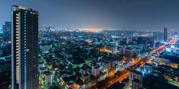 Edificio comercial de rascacielos en la noche