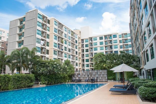 Edificio de condominios residenciales de 8 pisos con una piscina en el medio del edificio