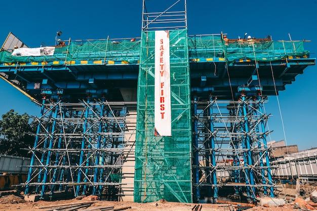 Un edificio en construcción con la bandera de seguridad primero