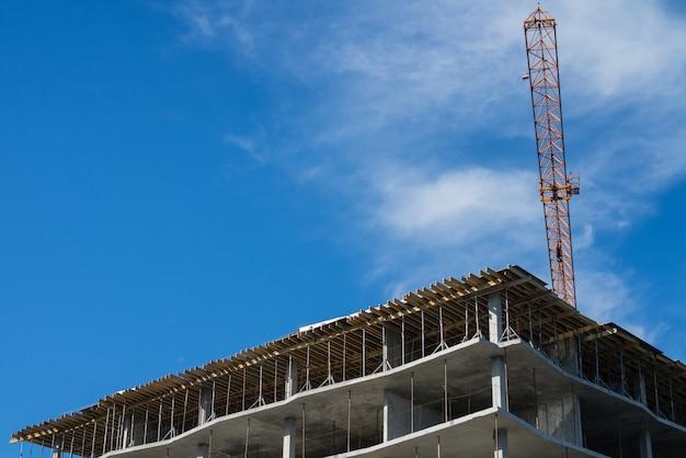 Edificio en construcción y grúa.