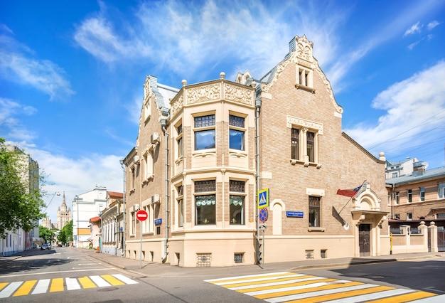 Edificio del consulado de chile en khlebny lane en moscú inscripción maly rzhevsky lane