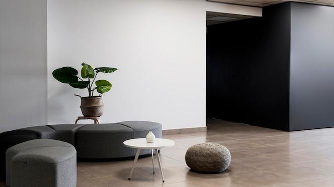 Edificio corporativo con habitación vacía minimalista.