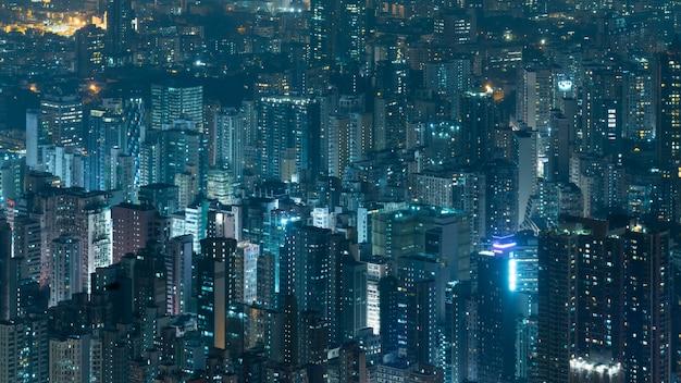 Edificio corporativo en la noche en hong kong