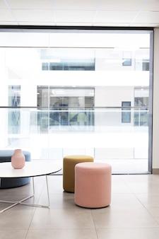 Edificio corporativo con sala vacía y sillas.