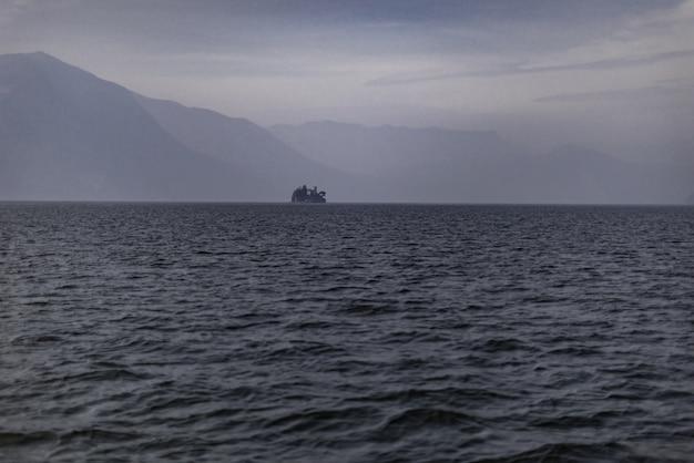 Edificio en la costa del lago iseo, italia