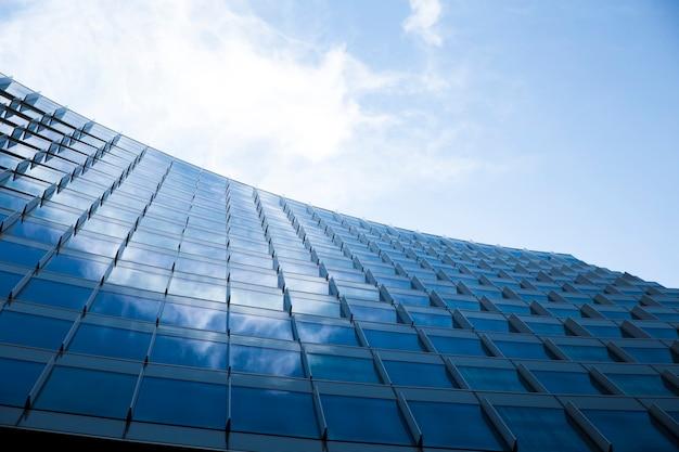 Edificio de cristal de diseño moderno de bajo ángulo