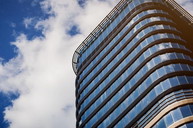 Edificio de cristal moderno rascacielos del centro de negocios sobre fondo de cielo