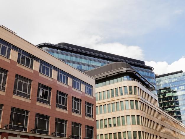 Edificio de cristal moderno rascacielos en la ciudad