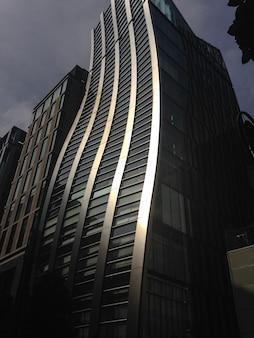 Edificio con curvas bañado por la luz solar directa en tokio