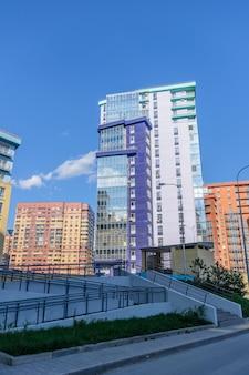 Edificio curvo de varios pisos con muchos balcones acristalados. diseño creativo de complejos residenciales modernos. día soleado.
