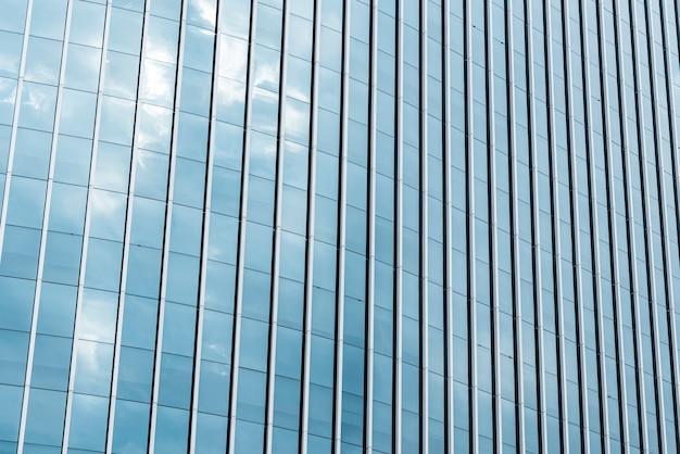 Edificio diseñado de vidrio de primer plano