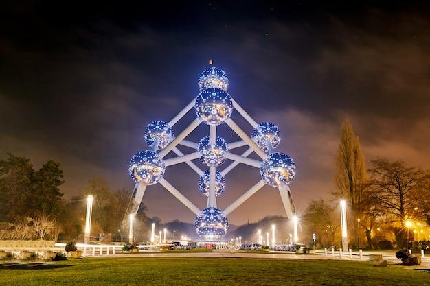 Edificio emblemático de atomium en la noche