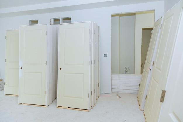 El edificio es una casa nueva para la instalación construcción interior de viviendas