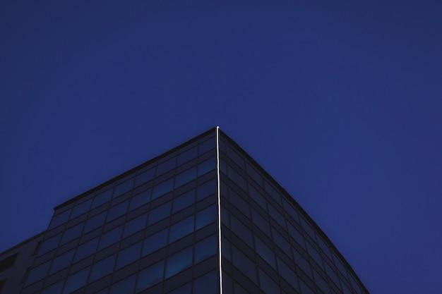 El edificio es una moderna oficina de vidrio.