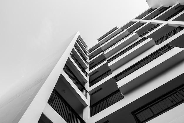Edificio exterior blanco y negro.