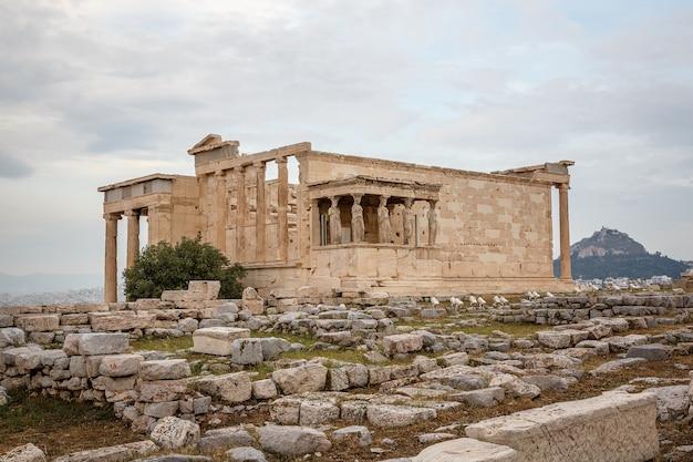 Edificio con figuras de cariátides porche del erecteion en el partenón en la colina de la acrópolis, atenas, grecia.