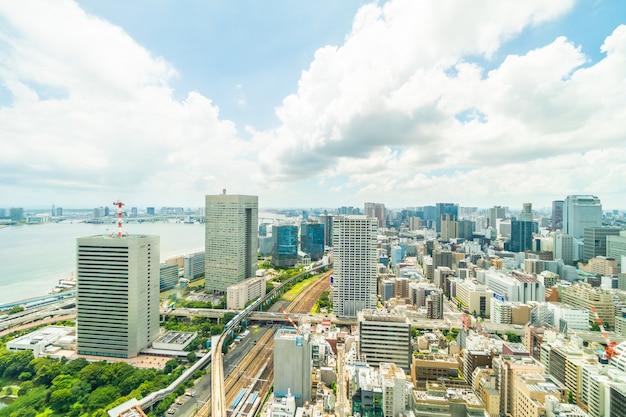 Edificio hermoso de la arquitectura en el horizonte de la ciudad de tokio