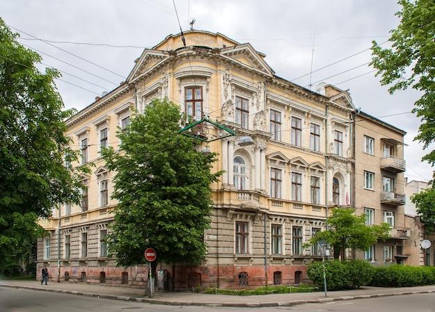 Edificio histórico en el centro de la ciudad de ivano-frankivsk