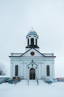 Edificio de la iglesia blanca en invierno
