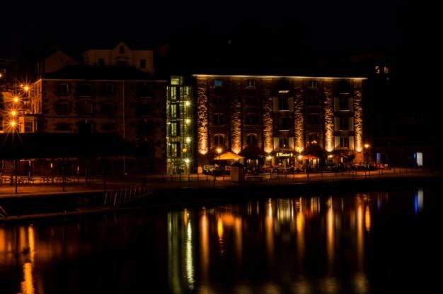 Edificio iluminado por la noche