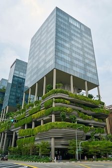 Edificio con jardines en las plantas bajas