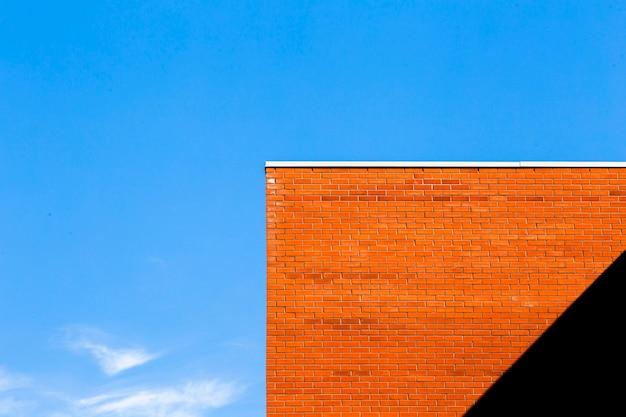 Edificio de ladrillo naranja con sombra