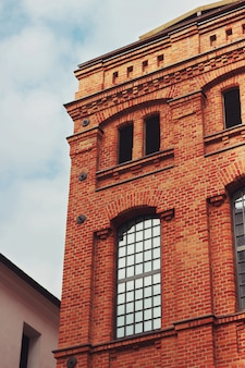 Edificio de ladrillos con el cielo de fondo